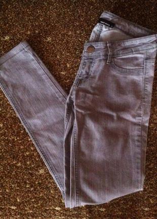 Крутые темно-серые джинсы