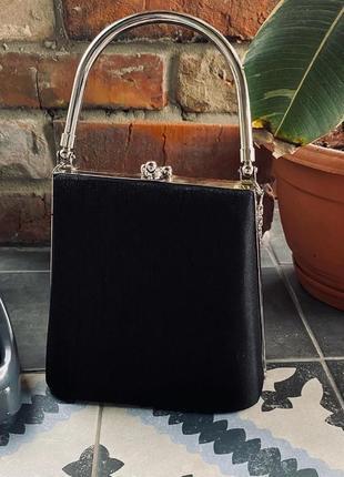 Потрясающая сумочка в черном цвете-базовая