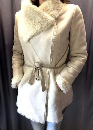 Демисезонное белое пальто bershka