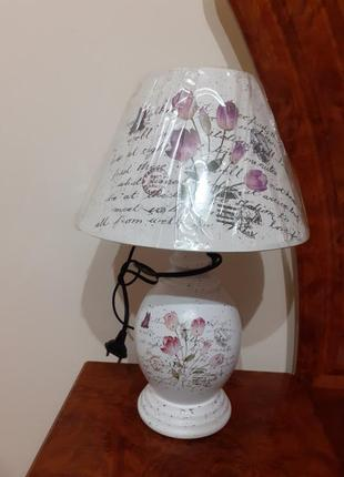 Настольная лампа с абажуром.