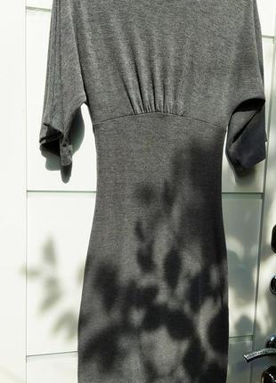 Серое трикотажное платье. по фигуре