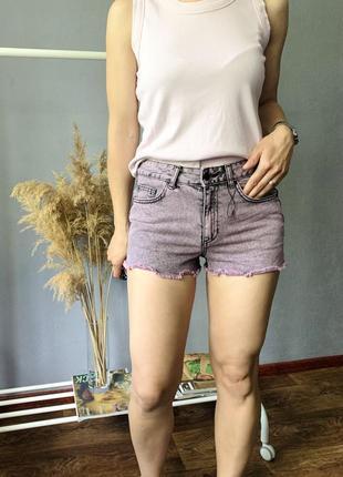 Лавандовые джинсовые шорты