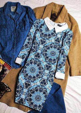 Qed london платье синее белое голубое в асимметричный принт по фигуре карандаш футляр