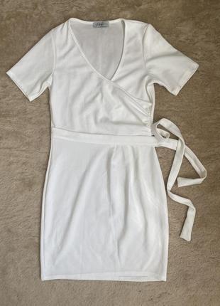 Базовое платье с декольте, красиво облегает фигуру