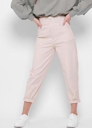 Светлые джинсы на двух пуговицах