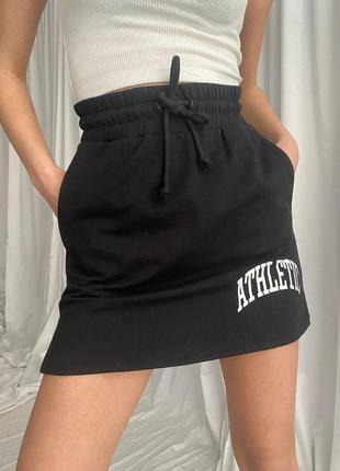 Молодежная женская юбка черного цвета с принтом