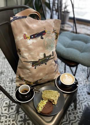 @don.bacon большая сумка шоппер в рисунок самолёты с чашкой кофе с латте-артом коричнево-бежевого цвета