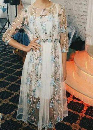 Нарядно платье с цветочной вышивкой