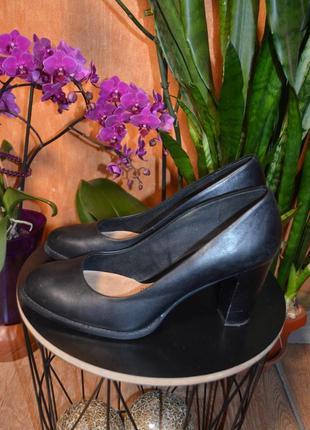 Стильные туфли на каблуке clarks