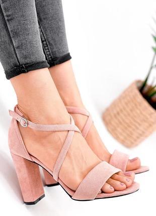 Женские замшевые пудровые босоножки на высоком каблуке