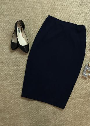 Плотная актуальная юбка-миди темно-синего цвета