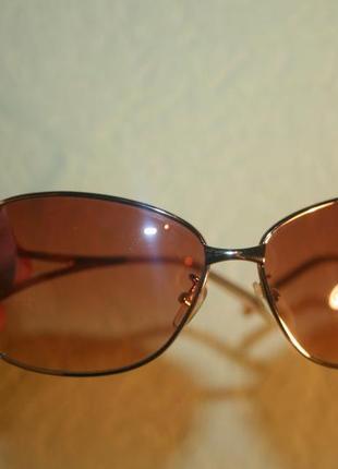 Красивые солнцезащитные очки с благородной оправой