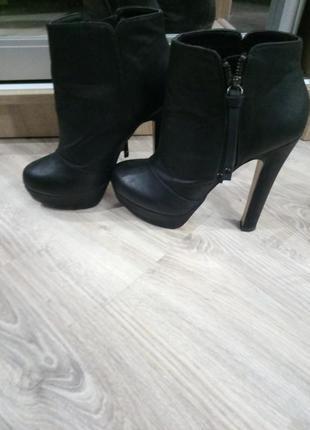 Черные стильные ботильены
