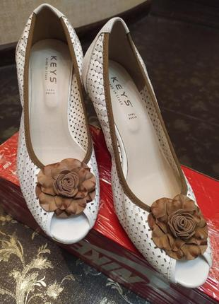 Итальянские выпускные туфли 40 туфлі гарні низький каблук босоніжки кожа натуральная