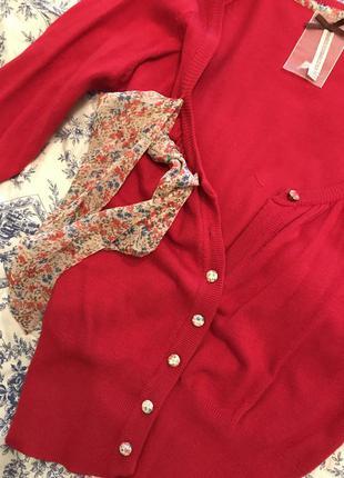 Красная кофта с цветочными пуговками