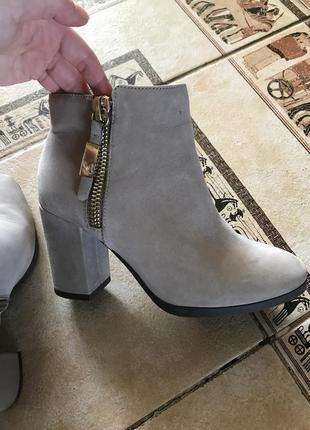 Серые классические ботинки на каблуке