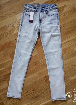 Светлые классические джинсы с потёртостями kiabi