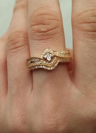 Кольцо кристаллы золотое цвет