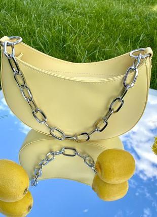 Яркая женская летняя сумочка  желтого цвета с трендовой ручкой цепочкой