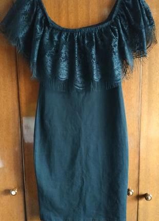 Чёрное платье мини в обтяжку с открытыми плечами и кружевной рюшей вокруг