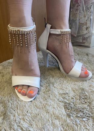 Босоножки на каблуке7 фото