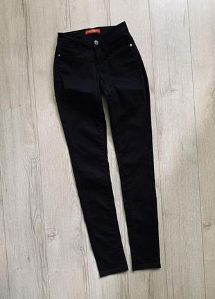 Чёрные легкие джинсы брюки скини guess