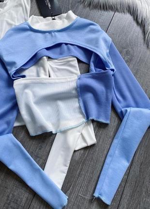 Бело голубой / бело синий топ в рубчик с разрезами