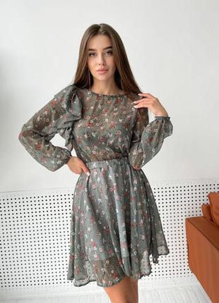 Нежное шифоновое мини платье в цветы с юбкой клёш мат