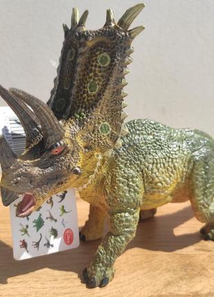 Динозавр пентацератопс зелений