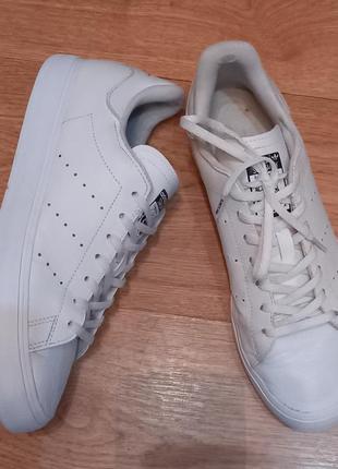Кроссовки белые, натуральная кожа, adidas оригинал.