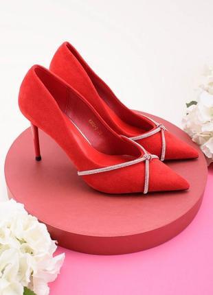 Стильные красные туфли на шпильке