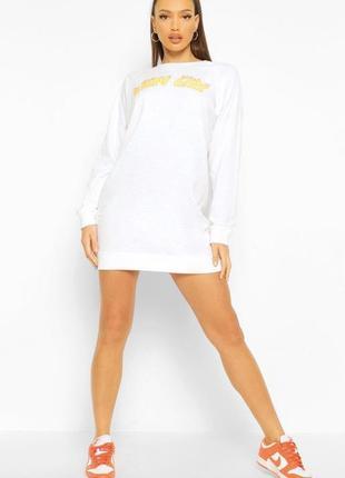 Біле плаття туніка з надписом бренду boohoo