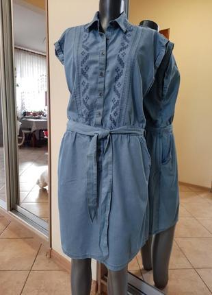 Стильное джинсовое с вышивкой и пояском платье 👗большого размера