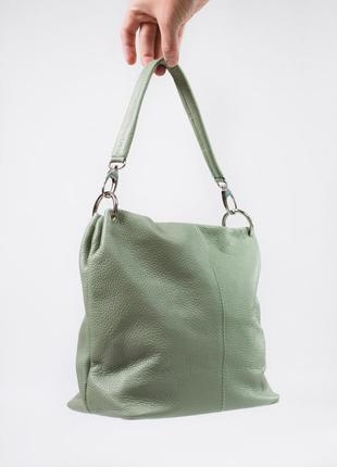 Вместительная сумка с двумя отделами и кармашками с ремешком из кожи