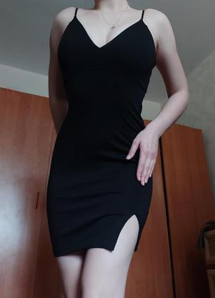 Черное мини платье на бретелях с разрезом