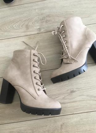 Сапоги ботинки на шнуровке