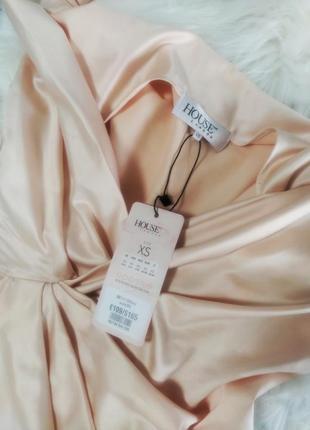 Телесное сатиновое платье coco с драпировкой на спине3 фото