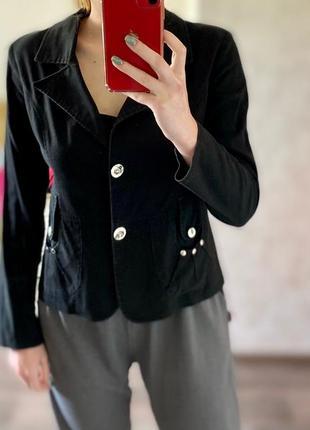 Чёрный пиджак с поясом на пуговицах