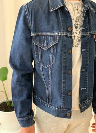 Стильная темно-синяя джинсовка от levis
