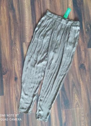 Легкие атласные брюки с имитацией на запах от benetton