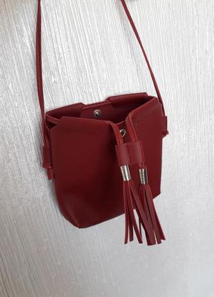 F&f  сумка красная кожаная маленькая на длинном ремешке