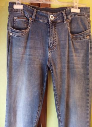Стрейчевые джинсы.