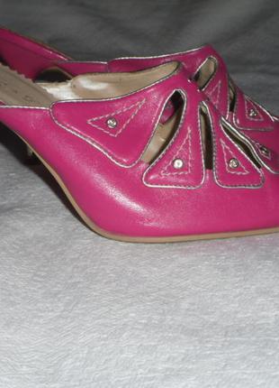 Туфлі з довгим носком відкриті