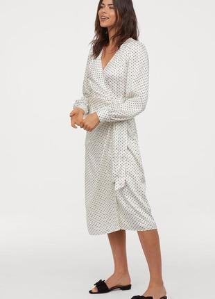 Очаровательное сатиновое платье в горошек на запах