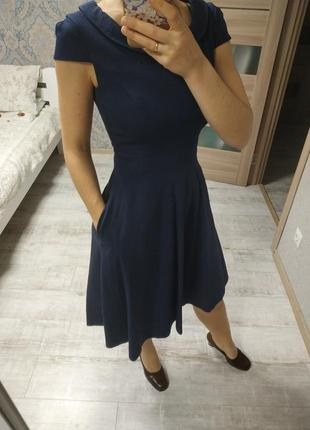 Стильное качественное платье миди с актуальным воротником