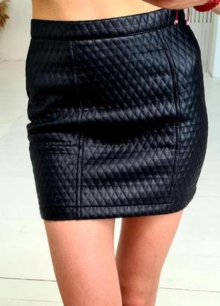 New look юбка, очень стильная, под кожу сделана. спідниця чорна,крута