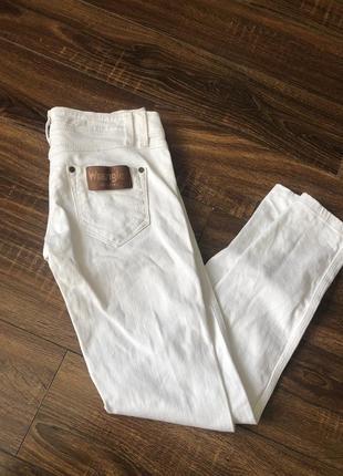 Белые джинсы скинни wrangler