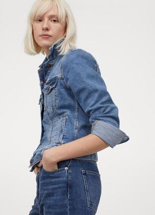 Базовая джинсовая куртка с потертостями и карманами