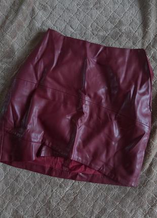Бордовая юбка под кожу bershka