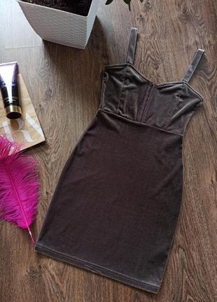Приталенное велюровое платье divided
